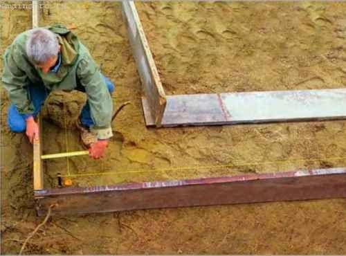 Спочатку ми встановлюємо зовнішні стінки опалубки