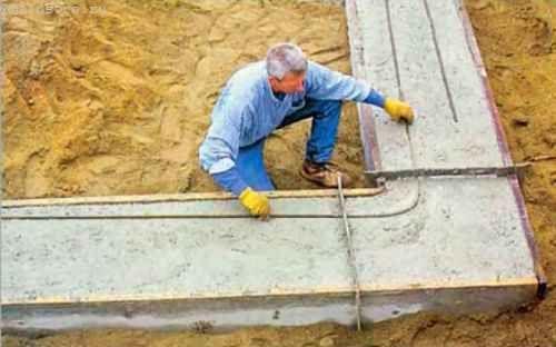 Відразу ж після заливки бетону, поки він ще не затвердів, ми приступаємо до укладання уздовж всього периметра підошви двох рядів сталевих арматурних прутків d 12,5 мм
