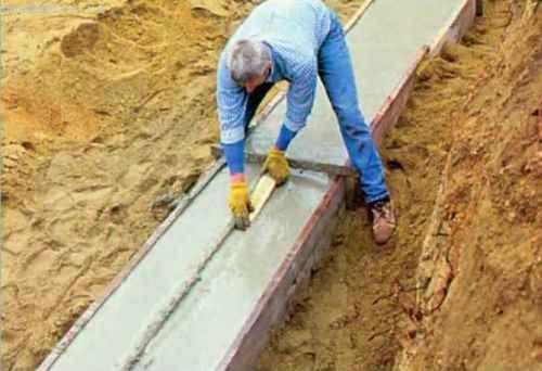 На всіх прямих ділянках підошви точно уздовж центральної лінії верхньої кромки ми робимо шпонкову канавку глибиною 2,5-3,0 см і шириною 7-8 см.
