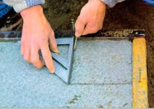 Положення кутів фундаментних стін ми відзначаємо прямо на верхній кромці підошви, прочертивши ризики вістрям цвяха на злегка затверділої поверхні бетону