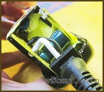 Фотографія розібраного адаптера харчування планшета