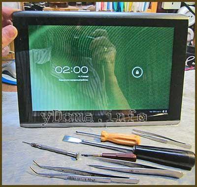 Фотографія планшета Acer A500 і набору інструменту для його розбирання