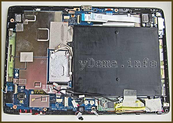 Фото розібраного планшета з від`єднаними роз`ємами