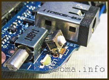 Фото відігнутої кнопки Power включення планшета