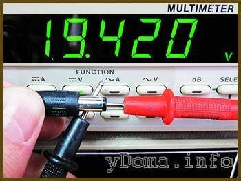 Фотографія вимірювання напруги блок живлення планшета
