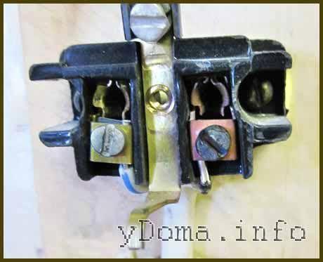 Електрична розетка з згорілим контактом