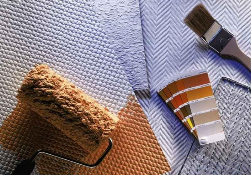 Як правильно клеїти склошпалери під фарбування на стелю