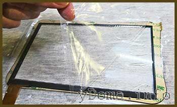 Фото видалення захисної плівки з сенсорного скла планшета