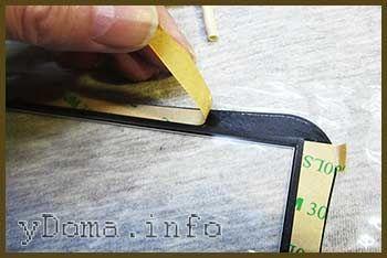 Фото видалення захисного паперу з липкого шару сенсорного скла планшета