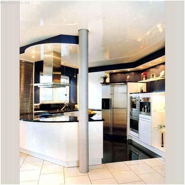 Натяжна стеля на кухні з`єднує передпокій