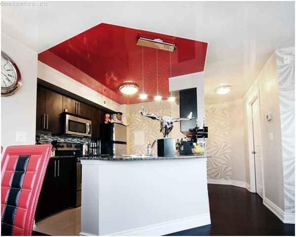 Двоколірний натяжна стеля з ПВХ плівки на кухні