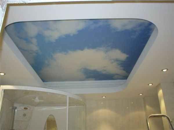 Натяжні стелі в залі з фото «небо з хмарами»
