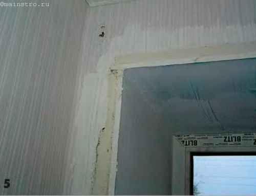 Нерівності на стінах по всьому периметру віконного отвору заштукатурюють універсальної гіпсовою штукатуркою «Ротбанд».