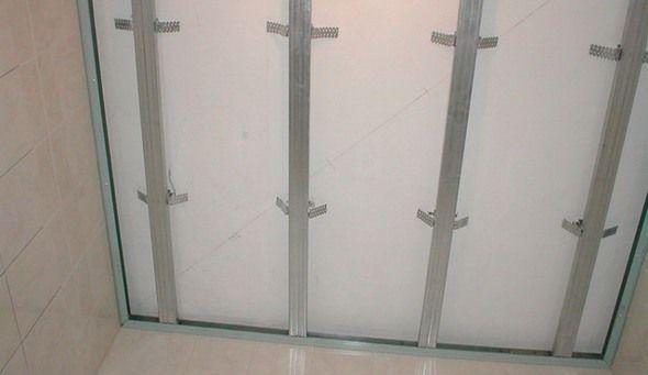 Стеля у ванній з пластикових панелей