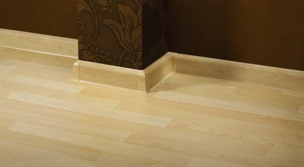 Перед тим, як встановлювати плінтуса на підлогу, їх ретельно підбирають за кольором підлогового покриття і стін.