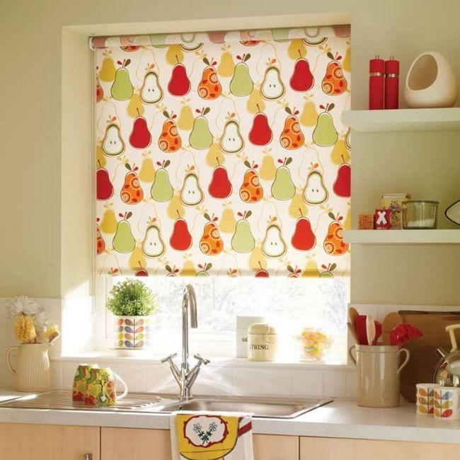 Вибираємо рулонні штори на кухню: оригінальне дизайнерське рішення